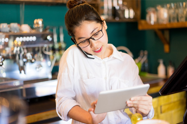 restaurant manager using ipad